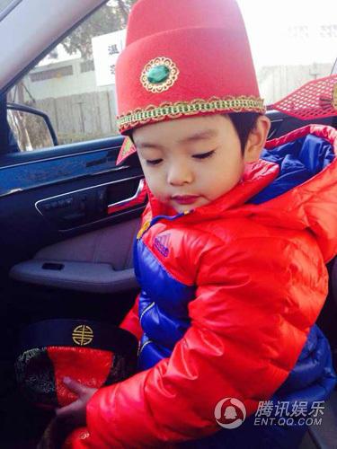 照片中,萌娃身穿红色喜庆唐装,头上分别戴着阿哥帽,书生帽,复古唐装