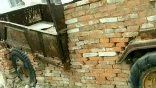 霸气围墙 拖拉机砌砖里