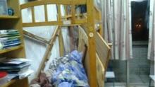 青岛大学宿舍上演惊险一幕:上铺床板连人一起掉落图片
