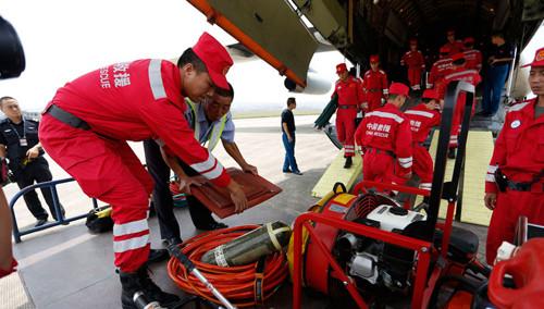 云南鲁甸6.5级地震:空军伊尔76在云南昭通机场降落