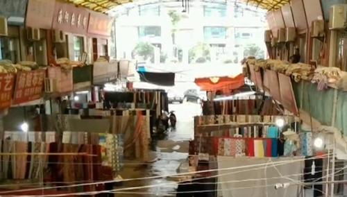 敲响消防警钟 长沙金盛布业市场消防通道堆满布匹 塑料顶棚连成一片
