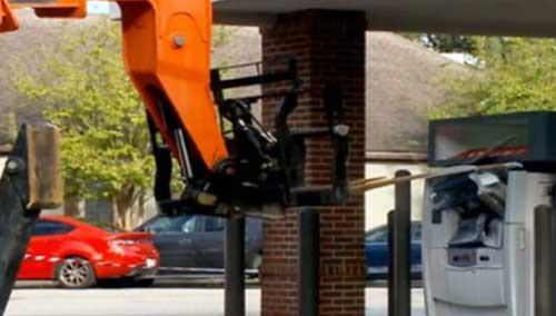 大胆窃贼用叉车撬翻自动取款机