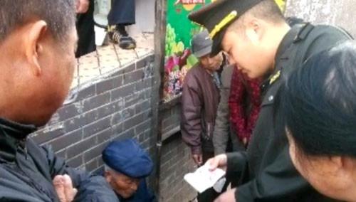 岳阳汨罗:城管队员拿真钱换假钞 帮助受骗卖蛋老人