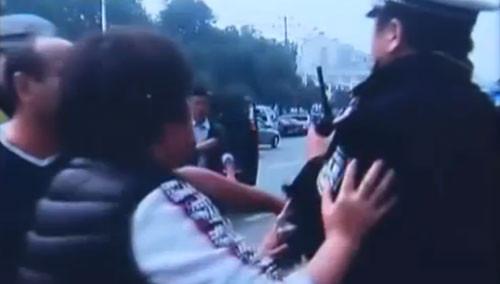 """长沙交警回应农博会""""车主被打"""""""