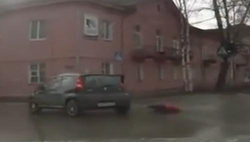 惊险!行车时小孩打开车门从车上掉落