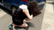 女文艺遇轻微刮擦情绪磕头跪地手绘失控_女生视频范大哭司机图片图片