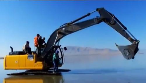 开挖掘机玩冲浪 老外真会玩