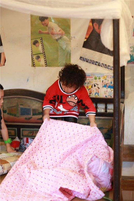 从收拾行李,选房子,整理房间到吃饭,睡觉,完成任务,萌娃们全部要自力