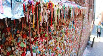 口香糖墙20年来首次被清理 最受欢迎的恶心景点没了
