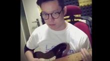 小眼神特犀利 丁少华弹吉他手指飞舞