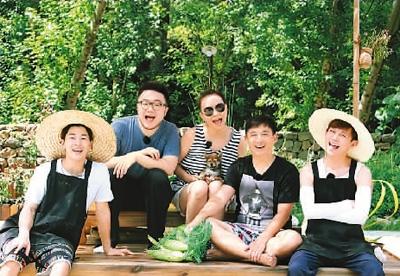嘉宾在节目现场。从左至右:刘宪华、巴图、宋丹丹、黄磊、何炅