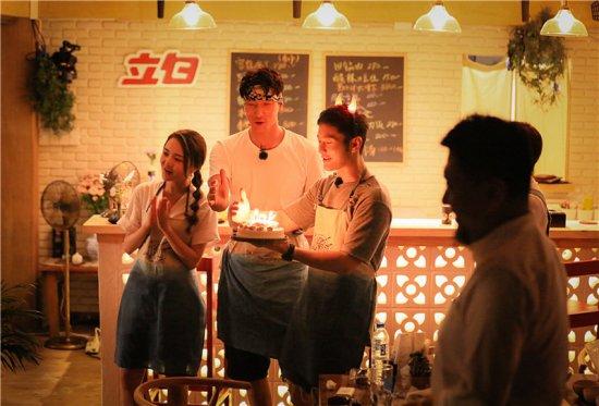 """为了让小寿星的愿望成真,合伙人争先恐后吃蛋糕 给小寿星制造的生日惊喜完美落幕,合伙人才心满意足地开始忙碌餐厅事宜。等到店长赵薇端着蛋糕进入后厨,大家或是忙于洗菜,或是正在做菜,根本没有空余时间来享受蛋糕。张亮见状,赶紧提示大家:如果不吃蛋糕,小女孩的愿望就不能成真。张亮的话刚落音,赵薇立马将自己的减肥大计抛诸脑后,吃掉满满一大口蛋糕,嘴上还说着:""""我一定要吃,我希望她的愿望成真。""""为了小女孩的生日愿望不落空,黄晓明和靳梦佳也紧随店长的脚步之后,表达自己的心意—&mda"""